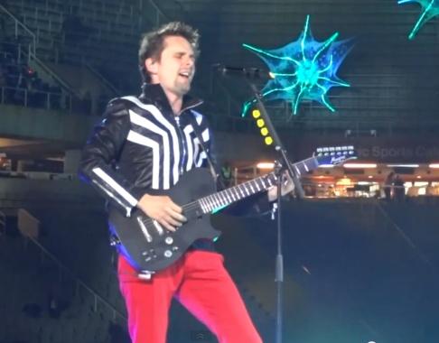 Matt Bellamy grapejant la guitarra com només ell sap