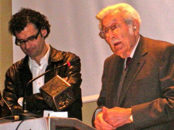 Tomàs Mallol recull el premi especial del Festicurts al costat del director del Museu del Cinema Jordi Pons