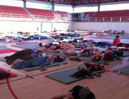 El pavelló esportiu de Figueres, on van dormir centenars de persones evacuades