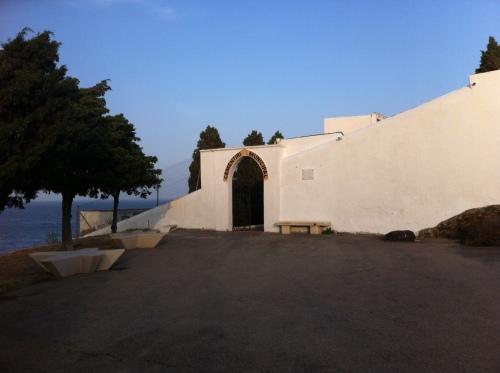El cementiri de Portbou, una tarda d'estiu