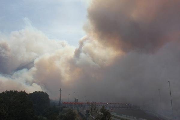 El peatge de La Jonquera, dues hores després de l'inici del foc. FOTO: MARINA LÓPEZ