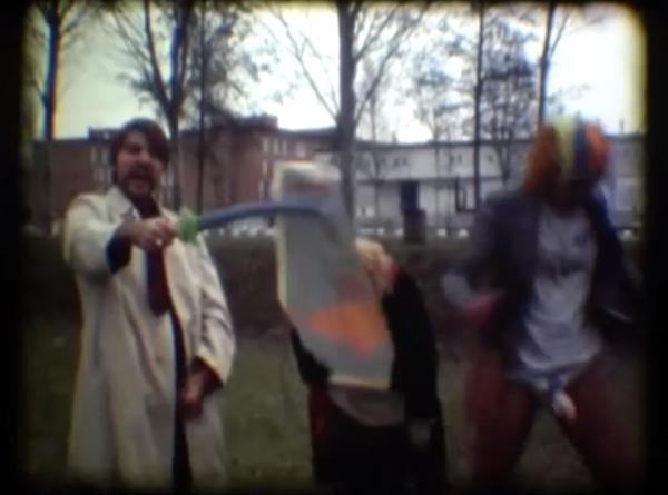 """L'aclamat cineasta Albert Serra brandant la seva polla amb els seus amics davant l'espectador en el curt """"Fiasco"""", després de cobrar uns 3.000 euros de l'Ajuntament de Girona per filmar-lo"""