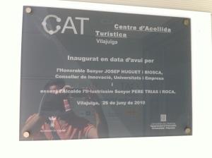 La placa que a Vilajuïga dóna fe de l'obra de l'honorable Conseller Josep Huguet i l'il·lustríssim alcalde