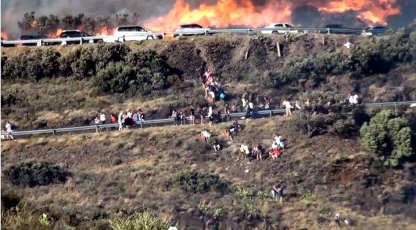 Gent escapant de les flames a la N260, a Portbou. FOTO: HORA NOVA