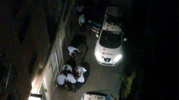 Vídeo gravat per un testimoni de la fatídica actuació policial al Raval FOTO: El Periódico