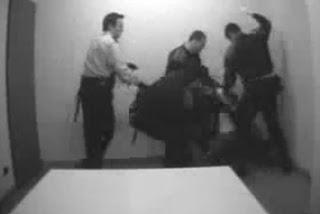 Mossos acariciant un detingut a la Comissaria de les Corts FOTO: llibertat.cat