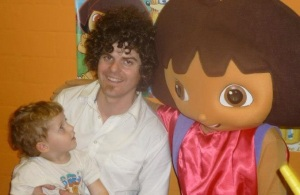 Foto familiar: la Júlia, el seu pare Joanjo i la Dora