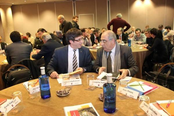 L'alcalde Carles Puigdemont i l'exalcalde Joaquim Nadal compartint confidències. FOTO: Ajuntament de Girona